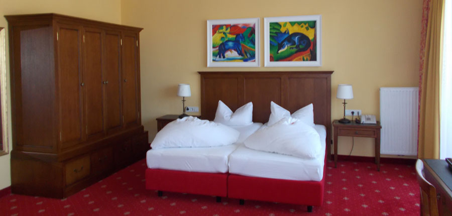 Austria_Seefeld_Karwendelhof_bedroom.jpg